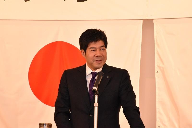 社員に向け挨拶をする平本直樹代表取締役。