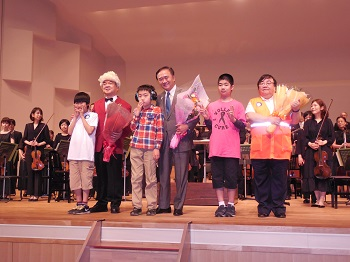 児童から花束を贈呈された神奈川県・黒岩知事(写真中央)と神遊協・伊坂理事長(同右)