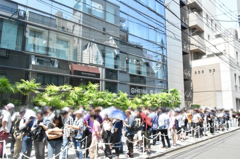 炎天下の中多くのファンが訪れ、終始列が途切れることはなかった。