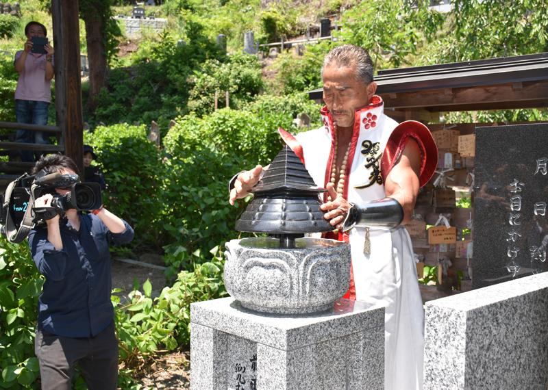 前田慶次の逸話を題材にした「兜むくりモニュメント」。角田さんも「兜むくり」を初披露。