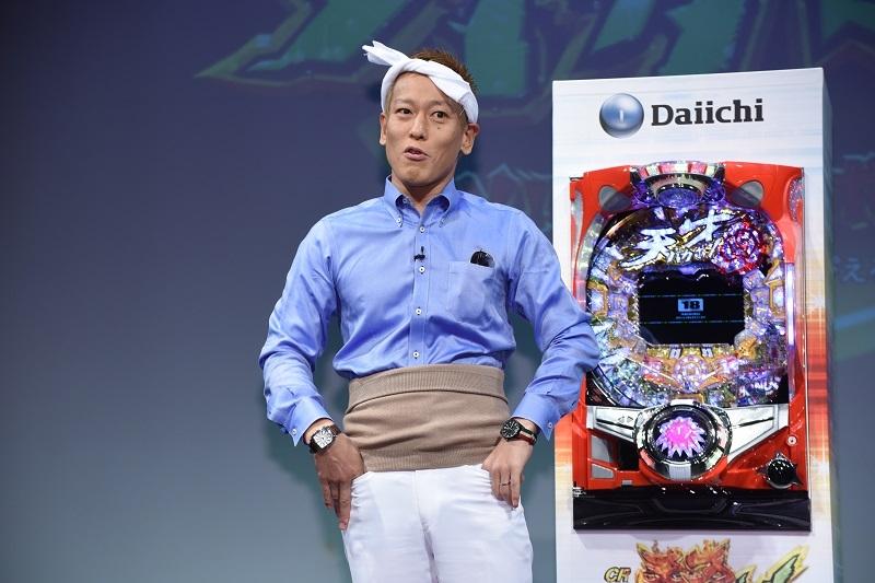 いつもと違う「本田選手とバカボンパパの間」の格好で無回転なぞかけを投げかけるじゅんいちダビッドソンさん。