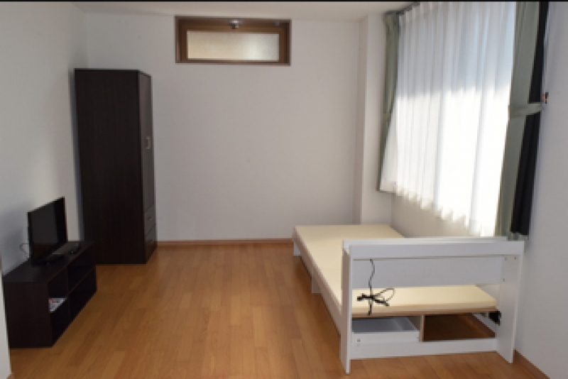 各部屋はベッド、収納棚、テレビ、エアコンを標準装備。家賃は広さなどにより変動する(2万9,500円〜4万8,500円)。