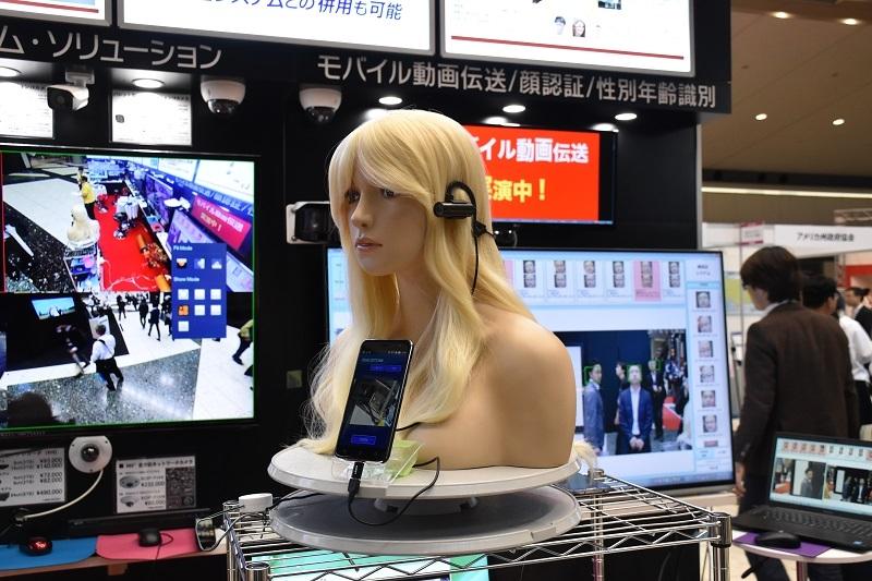 マネキンを使用し、ウェアラブルカメラを用いた動画伝送システムもアピールした。