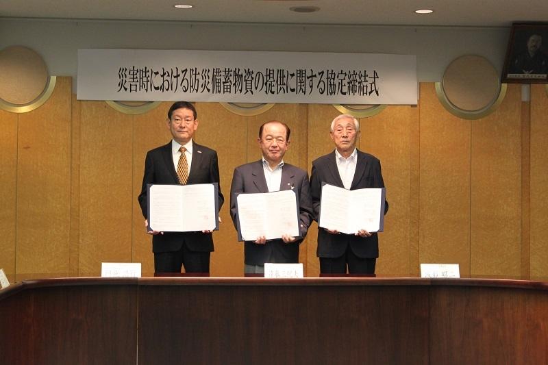 座間市役所で行われた調印式の模様。左から阿施専務、遠藤市長、ひばりが丘地区自治会連合会の波形昭二会長。