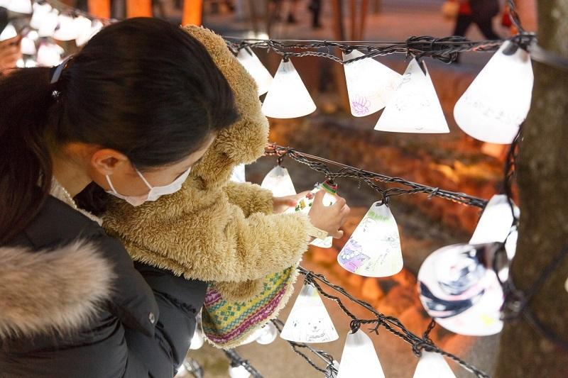 ニラクのイルミネーションを楽しむ地元の人々。