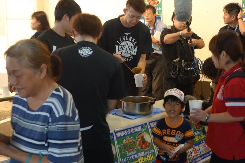 当日はプロバスケットボールチーム「レガンバ北海道」の選手たちも参加し、炊き出しのカレーを配布した。