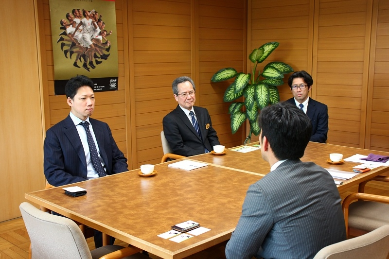 情報交換会の様子。熊本県総務部の山本部長(左)、福田充理事(中)、税務部の増田要一課長(右)、ダイナムの保坂明取締役(手前)。