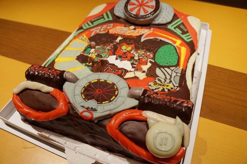 食べるのが勿体ない出来栄えの「ぱちんこ仮面ライダーフルスロットル」特製ケーキが振る舞われた。