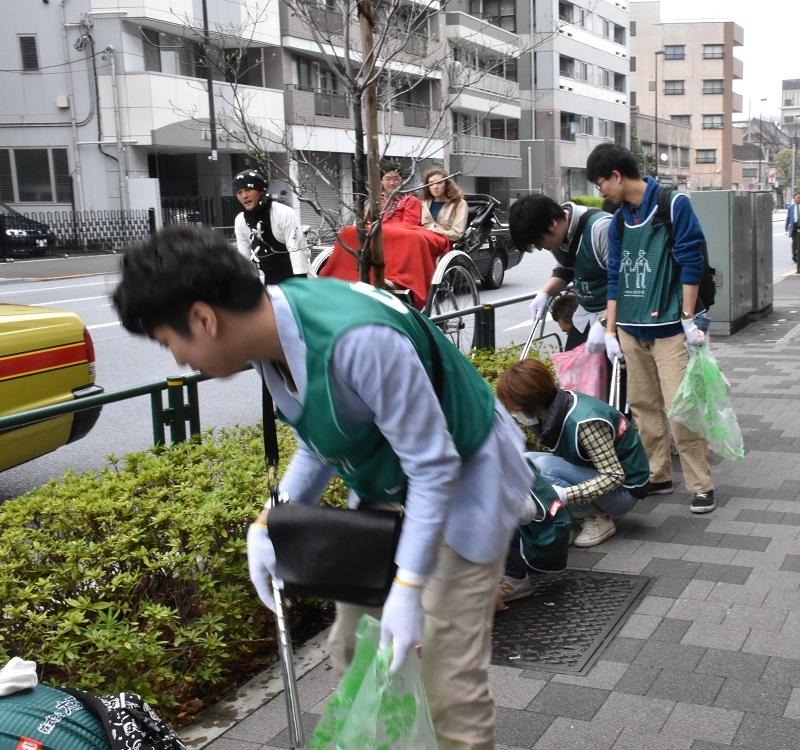 隅田公園を出て浅草の街のゴミ拾いも行った。