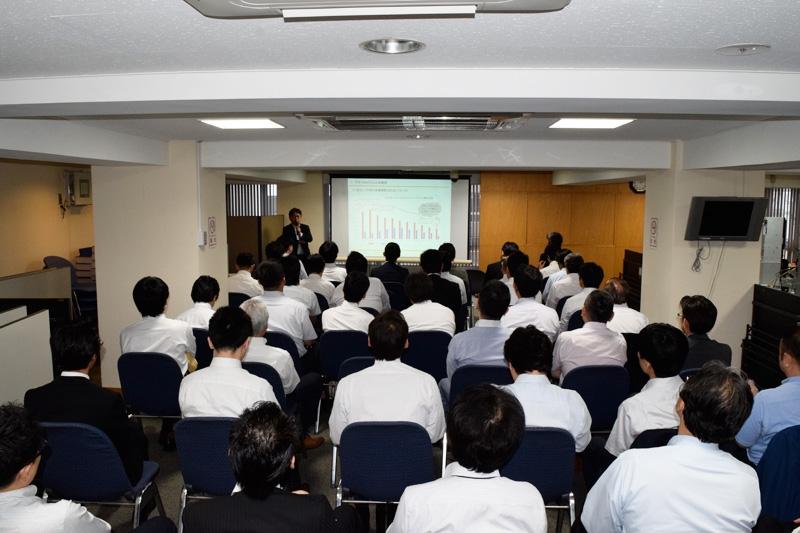 セミナーでは遊技機動向について、パチンコビレッジの村岡代表が講演した。