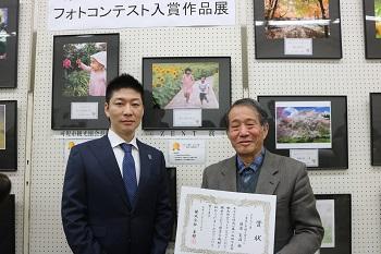 受賞式に出席した都筑晶裕専務取締役(左)と渡邊寛治さん(右)。