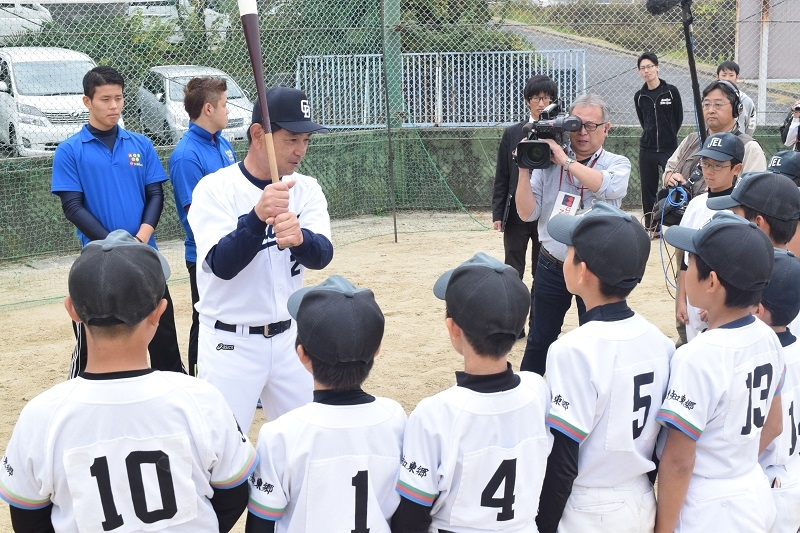 川又氏は打撃を指導。トスバッティングでは川又氏がトスをあげ子ども達のバッティングフォームをチェック。