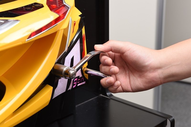 ハンドルはテングと呼ばれる棒を指で挟んでレバーをはじく。大当たり時にはレインボーに発光する。