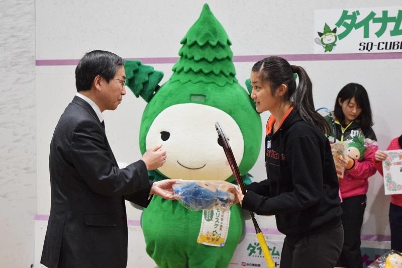 入賞者には森代表取締役からトロフィーなどが手渡された。(写真右が森代表取締役、写真左が女子の部優勝の渡邉聡美選手)