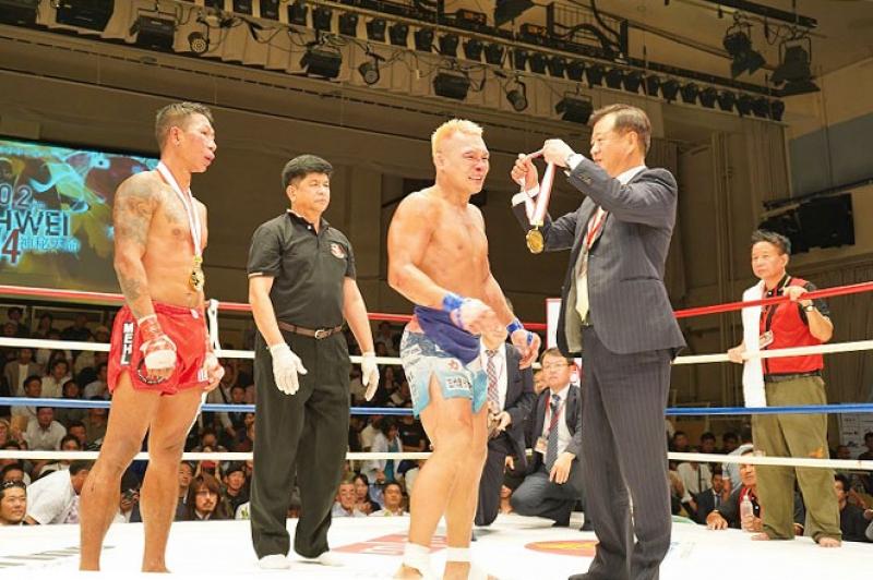 健闘した選手たちに金メダルを贈る三井代表理事。
