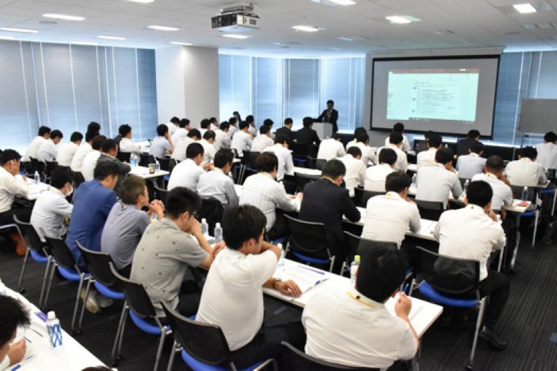 パチンコビレッジの村岡裕之代表、グローリーナスカ・堀金泰陽営業推進室サブマネージャーのセミナーは満席により、追加の椅子が出される中、講義が行われた。