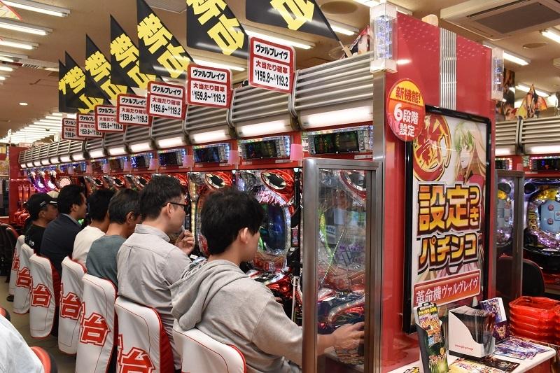 東京都調布市の《仙川UNO》では、『PフィーバーヴァルヴレイヴW』を7台導入。開店と同時に満台となり賑わいをみせていた。
