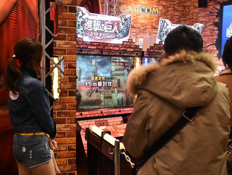 人気コンテンツのゲームも続々登場しているアーケードゲーム業界。写真は人気アニメ「進撃の巨人」のシューティングゲーム。