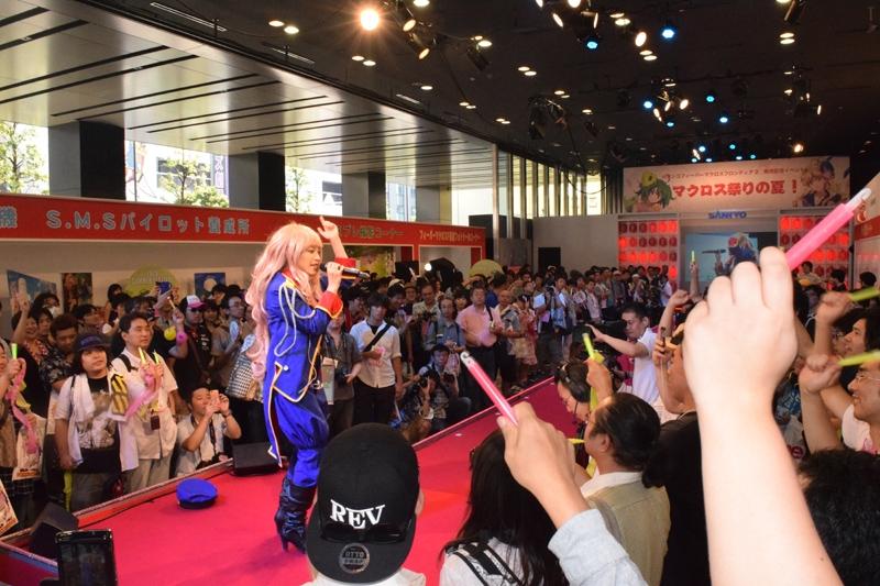 コスプレカラオケ大会で挿入歌を熱唱するファン。
