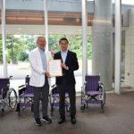 ニラク、社会医療法人に車椅子5台を寄贈
