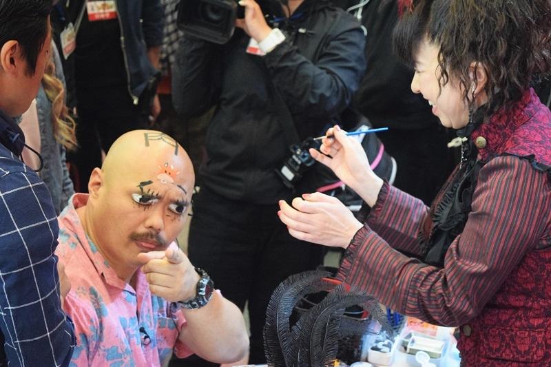 安田大サーカスやU字工事といったお笑い芸人もイベントを盛り上げた。写真はフェイスペイント中、団長から顔中にイタズラ書きをされたクロちゃん。