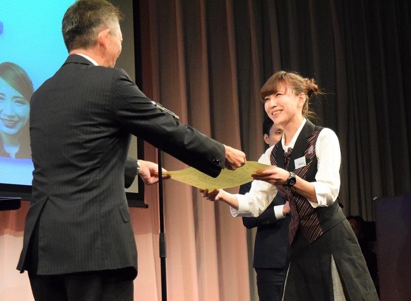 表彰状を受け取るアルバイト部門最優秀賞の松野内美久さん《ガイア深江店》。