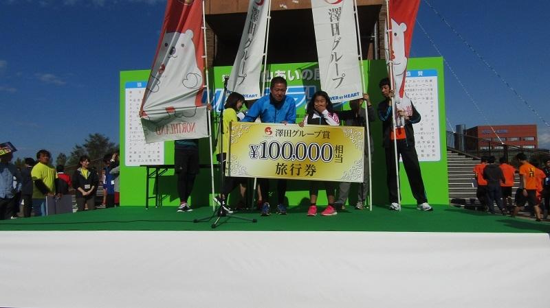 抽選会の贈呈式では澤田修宏専務取締役が当選者に旅行券を贈呈した。