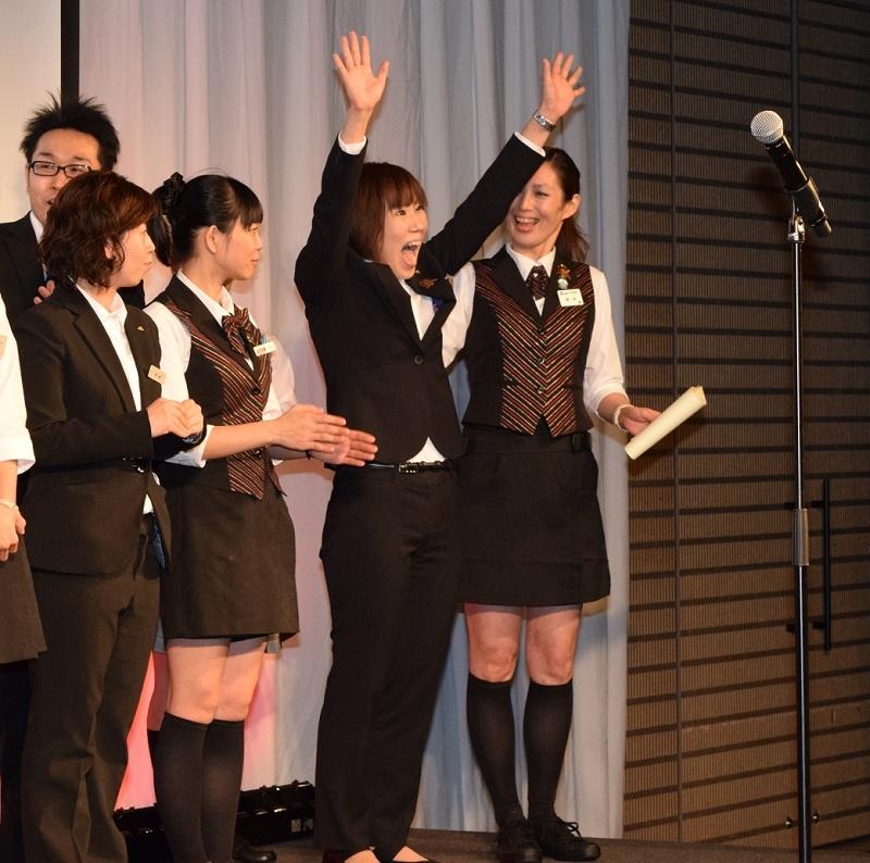 社員部門最優秀賞に輝いた瞬間、両手を突き上げた村瀬由紀さん(写真中央)。