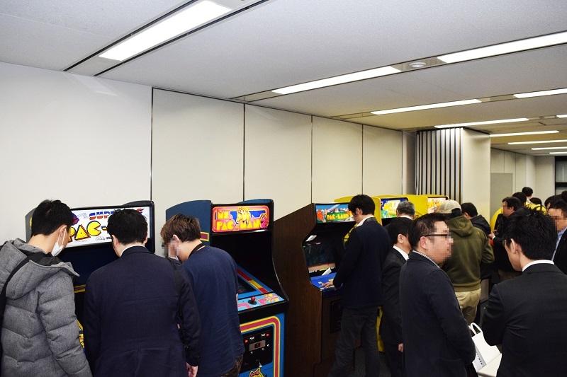 発表会の会場には歴代のパックマンのゲーム機が並べられており、実際に遊技も可能となっていた。