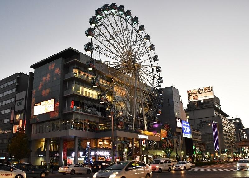 《サンシャインKYORAKU栄》はパチンコ370台、パチスロ271台を設置する京楽産業.の直営店。観覧車がトレードマークで連日多くのユーザーで賑わいを見せる。