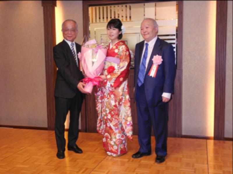 里見女流名人に花束を贈呈する岡田美術館・小林忠館長、加藤一二三九段。