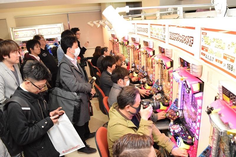 プレス発表会後には同社東京支店で試打が行われた。