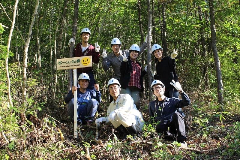 有志7人が実際に森の間伐作業を体験、同プロジェクトの重要性を再認識した。