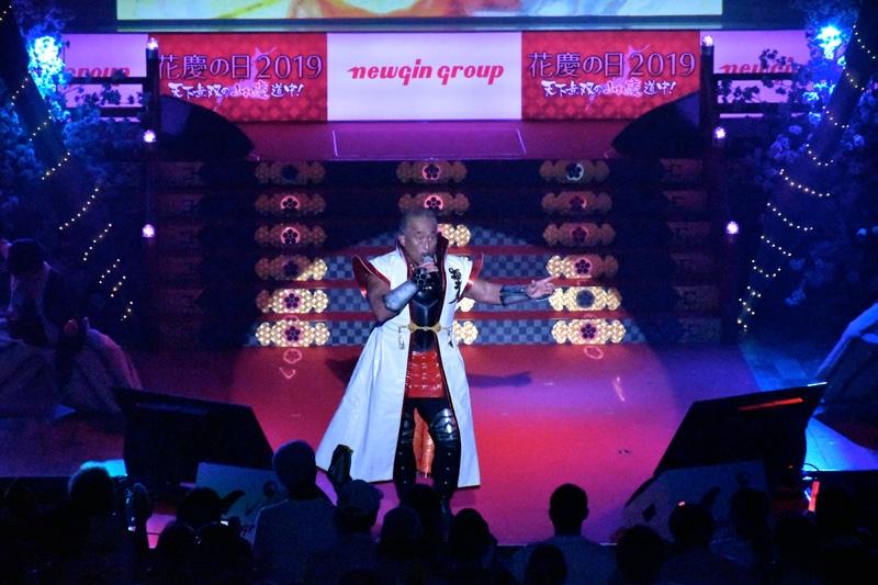 新曲「最期の一花」をはじめ、シリーズ挿入歌を熱唱した角田信朗さん。