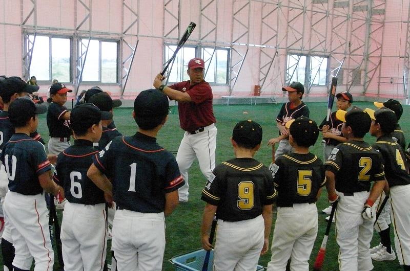 野球教室では、ジュニア野球チーム子供たち約40人が気持ちのいい汗を流した。
