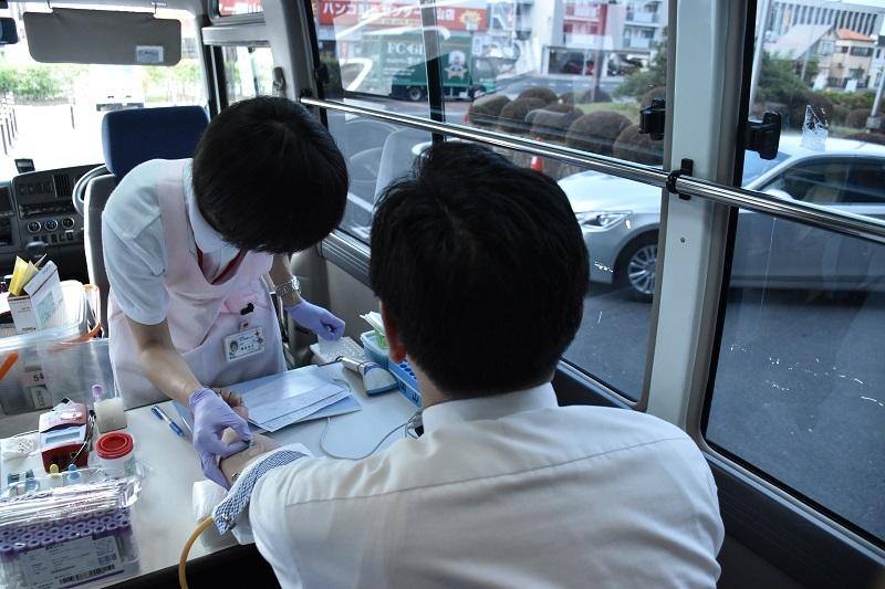 毎年恒例の献血活動も実施された。