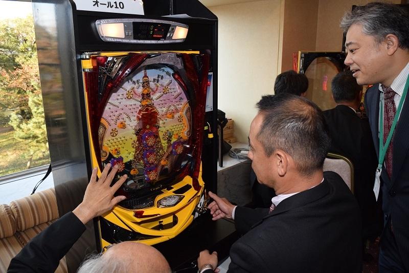 会場では、『CRA-gon昭和物語』が展示され多くの参加者が試打した。