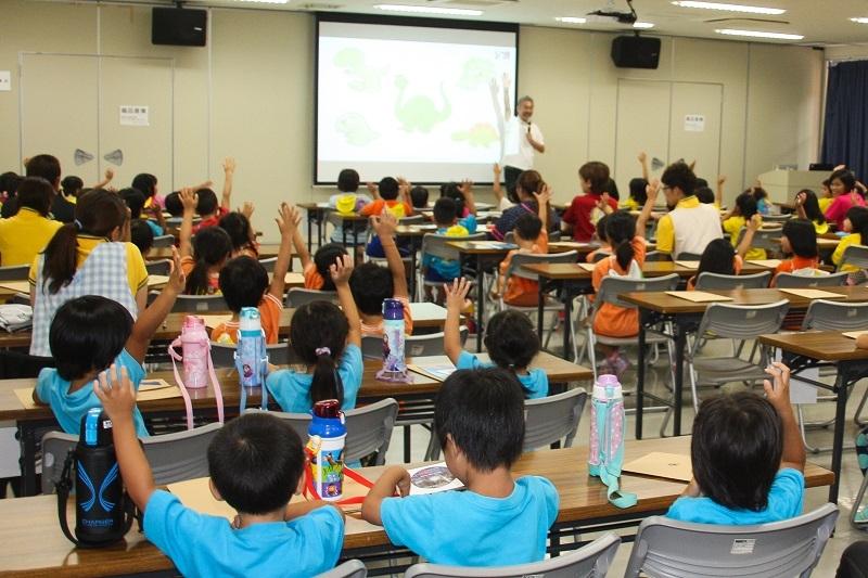 サンゴの現状や、サンゴが壊滅に至った各種問題について講習を受ける園児たち。