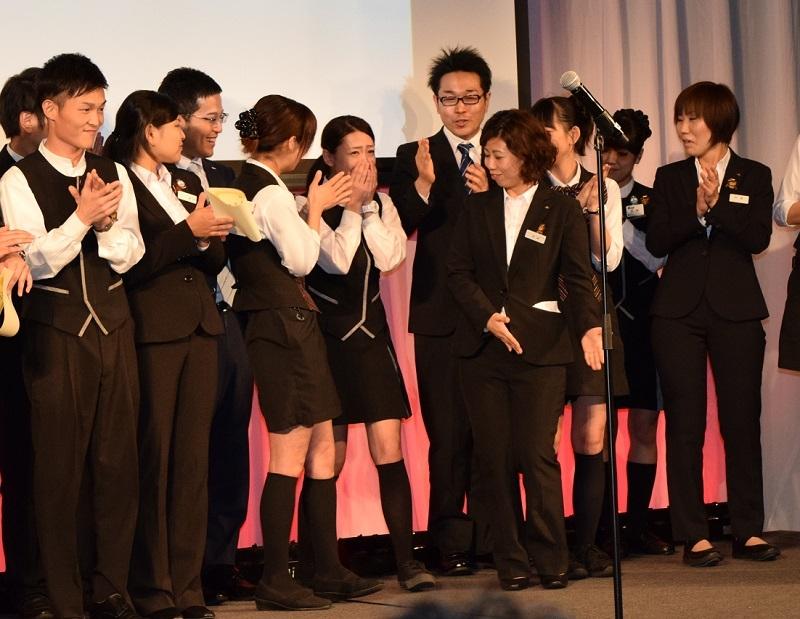 アルバイト部門最優秀賞の発表で名前を呼ばれ驚く武藤彩未さん(写真中央)。