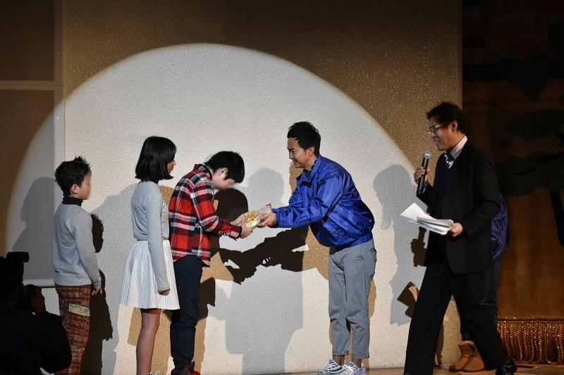 米田部会長が代表の子供たちに参加賞のお菓子セットをプレゼントした。